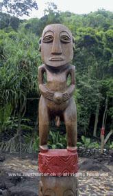 Crewed Charter Tahiti - Holzstatue Marea Arahurahu Papeete